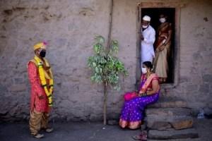 Matrimonio con desenlace fatal: Se casó con coronavirus y contagió a más de cien personas