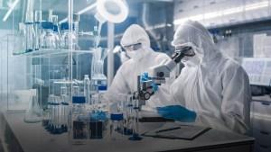 Reino Unido podría implementar una vacuna contra el coronavirus a mediados de 2021