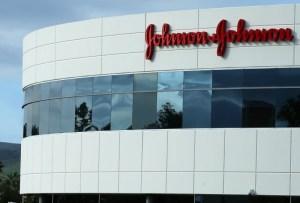 Johnson & Johnson se prepara para reanudar ensayo de vacuna contra el Covid-19 en EEUU