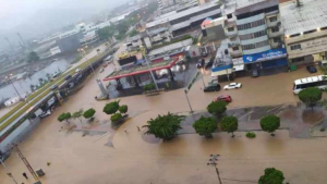 Fuertes lluvias dejaron inundadas las calles de Puerto La Cruz este #3Ago (Fotos)