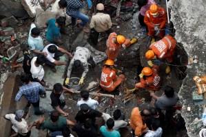 Al menos 20 muertos por derrumbe de un edificio en India