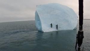"""VIRAL: Exploradores se """"encaramaron"""" sobre un iceberg en el océano… y éste se les volcó encima (VIDEO)"""