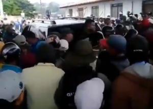 """""""Empújalo"""": Larenses se alzaron en Cubiro ante abuso de las autoridades en colas por gasolina (Video)"""