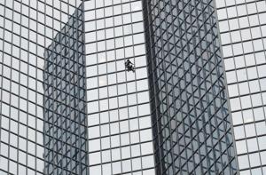 En VIDEO: Detuvieron a un polaco que se aventuró a escalar un rascacielos en París a mano limpia