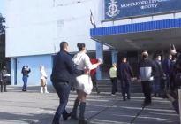 ¡Zexist! Una feminista en Ucrania se subió la falda frente al presidente (Video)