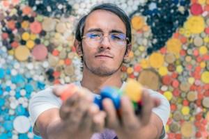 Oscar Olivares, un pintor que enarbola el tricolor criollo para contagiar esperanza