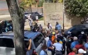 """EN VIDEO: Equipo de """"Zurda Konducta"""" intentó agredir a Guaidó en La Guaira #25Oct"""