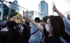 Miles de tailandeses retan al Ejército y piden restar poder a los militares