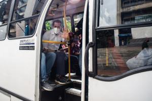 Juan Guaidó sorprendió a los caraqueños montado en una camioneta de pasajeros este #28Nov (Fotos y Videos)