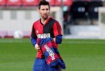 Messi le dedica un gol a Diego Maradona poniéndose la camisa que usó en Newell´s (FOTOS)