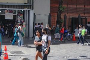 En el bulevar de Sabana Grande abundan los visitantes y escasea el buen uso del tapabocas a pocos días de Navidad (Fotos)