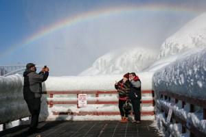 Hielo y arcoíris: Ola de frío creó espectacular paisaje en las cataratas del Niágara (VIDEOS)