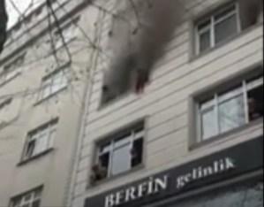 Lanzó a sus hijos desde un tercer piso para salvarlos de un incendio en Estambul