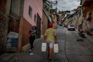 Protestaron frente a la Defensoría del Pueblo para exigir el suministro de agua potable en Caracas #22Jul (Video)