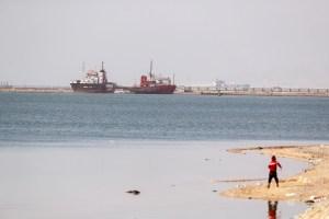 Canal de Suez comienza trabajos de dragado para extender doble vía
