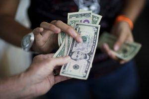 Fiao en dólares le da vida a los negocios venezolanos