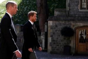 Lectores de labios descifraron lo que el príncipe William le dijo a Harry en el funeral del duque Felipe
