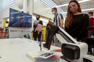 Autores internacionales firman libros a través de un robot