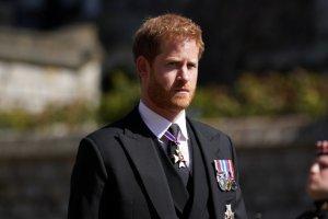 El personal de la monarquía británica quiere que el príncipe Harry renuncie a su título