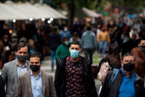 """A qué llaman los epidemiólogos la """"ola de salida"""" y por qué recomiendan no relajarse"""