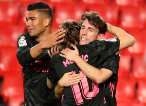 Real Madrid goleó al Granada y mantiene la presión al Atlético