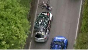 El preocupante momento que un auto atropelló a ciclista en el Giro de Italia (Video)