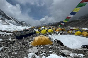 Una expedición internacional abandona el Everest por el aumento de contagios por coronavirus