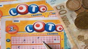 ¡Insólito! Compró el boleto ganador de lotería, pero lo echó por accidente en la lavadora