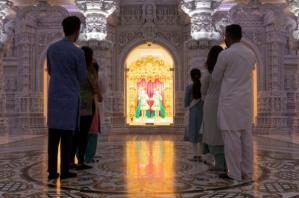 El imponente templo en EEUU por el que el FBI tiene en la mira a una secta hindú