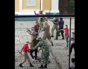 """EN VIDEO: Con palos y armas invisibles, milicianos prendieron """"la guerra"""" en plena plaza de Cúa"""