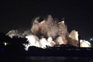 Retoman operaciones de búsqueda tras derribar restos del edificio en Miami