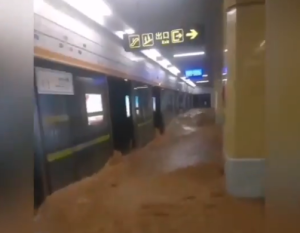 Al menos 12 personas fallecieron tras inundación del metro de Zhengzhou en China