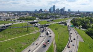 Desarrollan en EEUU pavimento que carga vehículos eléctricos de manera inalámbrica