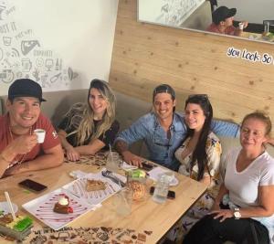 Felices y JUNTOS… Captaron a Chyno con su esposa en Miami acaramelados (Video)