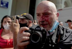 Medios de comunicación internacionales denuncian abusos contra fotoperiodistas y camarógrafos en el mundo