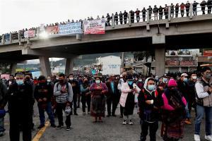 Guatemaltecos bloquean carreteras y exigen la renuncia del presidente y la fiscal (FOTOS)
