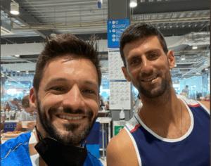La FOTO: La estrella del kárate venezolano Antonio Díaz junto al astro del tenis Novak Djokovic en Tokio 2020