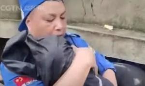 Dramático rescate de una bebé atrapada entre escombros por las inundaciones en China (VIDEO)