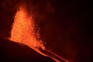 Crece la alarma por el avance de la lava del volcán Cumbre Vieja, que se acerca al mar