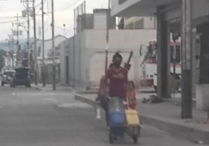 """Vecinos recorren Barquisimeto para buscar agua """"donde sea"""" por la escasez (Fotos)"""