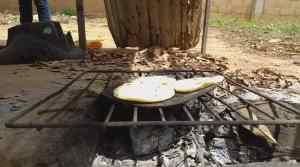 Marabinos vuelven a la época prehistórica al cocinar con leña, madera y plástico