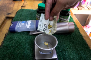 Bloomberg: Venezolanos rompen pepitas de oro para pagar comidas y cortes de pelo